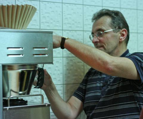 Söngstjórinn þarf auka koffeinskammt áður en hann fer með bassana á loftið